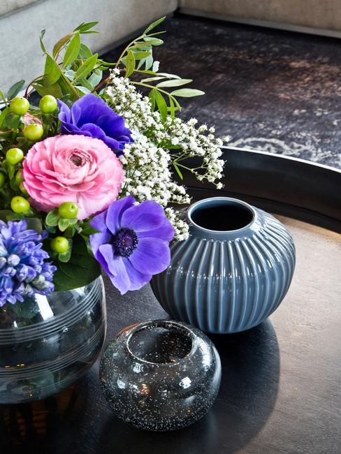 Vazen in blauw met bloemen op zwart bijzettafel