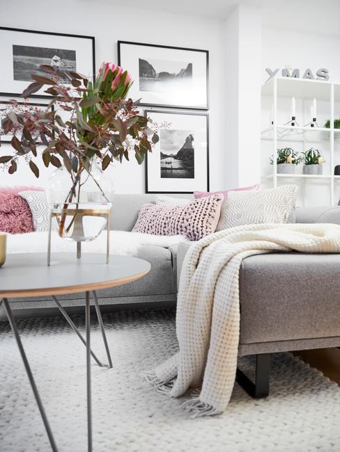 Comfortabele zitbank in grijs met zachte plaid in beige