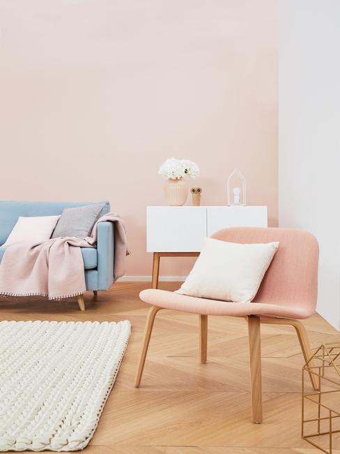 woonkamer meubels: stoel in roze, zitbank in blauw, sideboard in wit