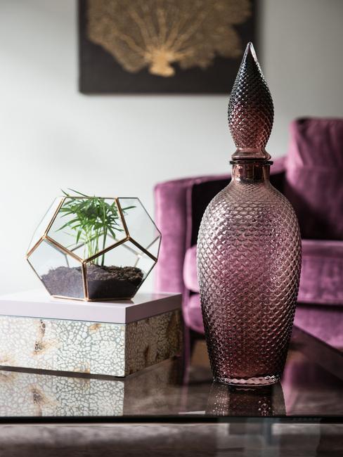 Woonkamer met meubels in paars