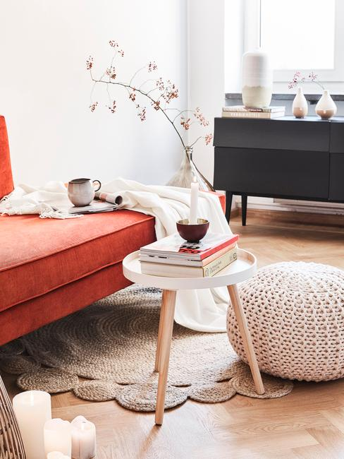 woonkamer kleuren: oranje zitbank, witte salontafel
