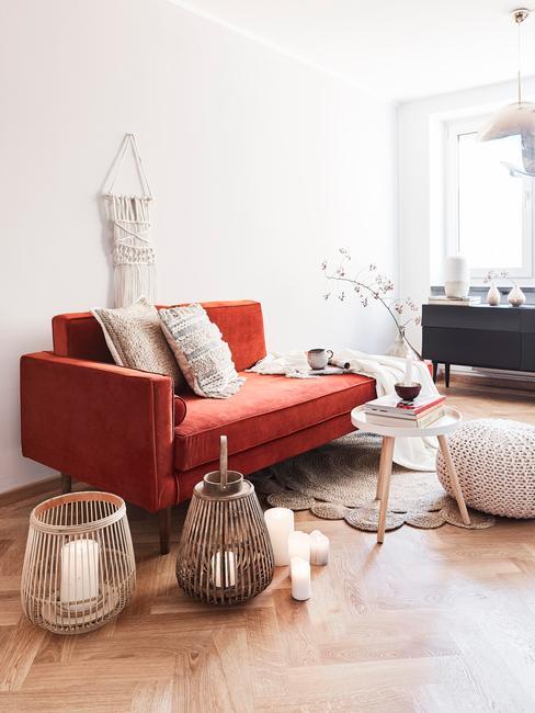Comfortabele zitbank met sierkussens in beige en salontafel en windlichten