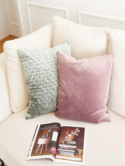 Zachte zitbank met sierkussens in roze en groen