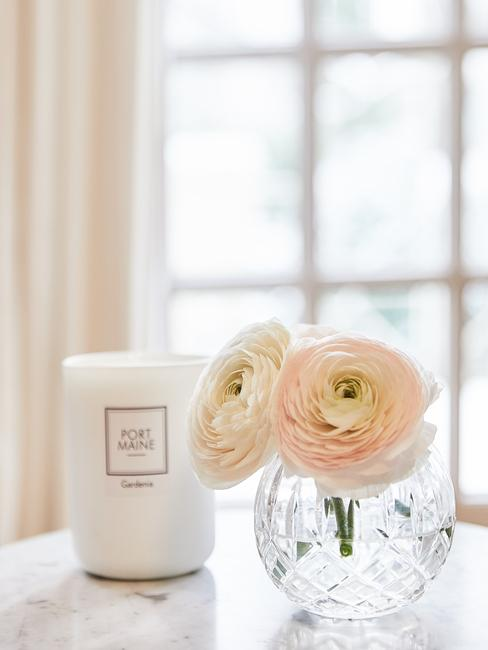 Raamdecoratie woonkamer: rozen in glazen kristallen vaas naas geurkaars