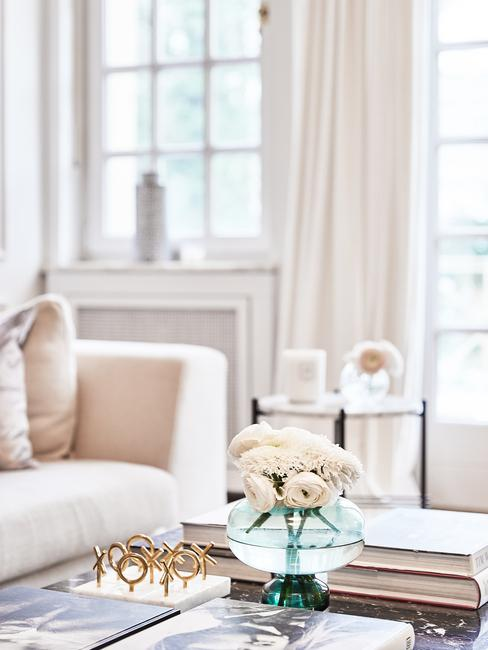 Raamdecoratie woonkamer: beige tinten in woonkamer met glazen vaas met bloemen