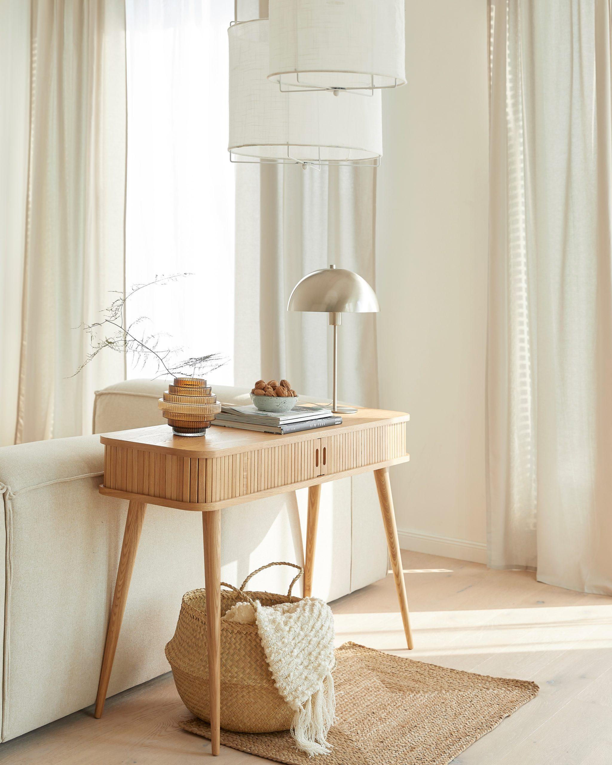 woonkamer met witte lennon sofa en ronde witte hanglamp