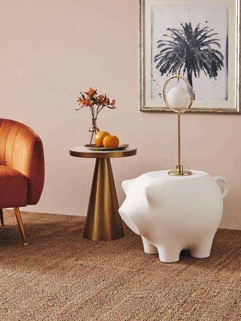 sidepig table en ronde oranje armleunstoel met gouden bijzettafel