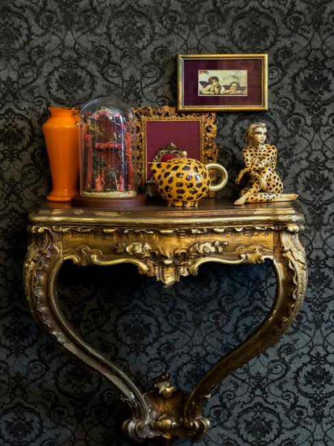 vintage dressoir met decoratieve accessoires