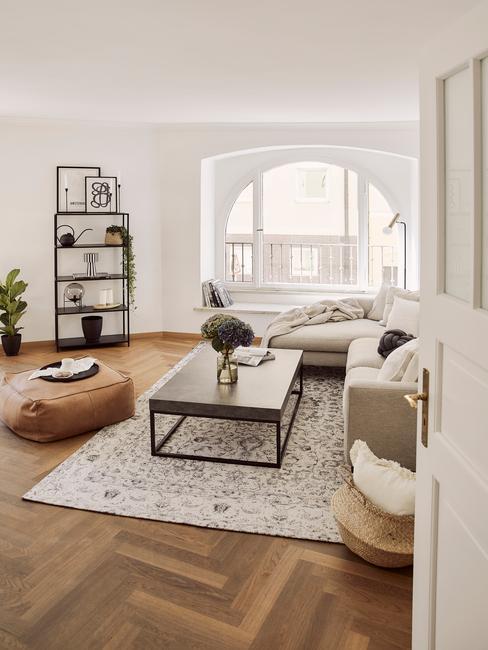 Boho-stijl arrangement in woonkamer met zacht vloerkleed in wit