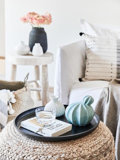Grote woonkamer inrichten, rotan poef, zitbank in wit, decoratieve vazen