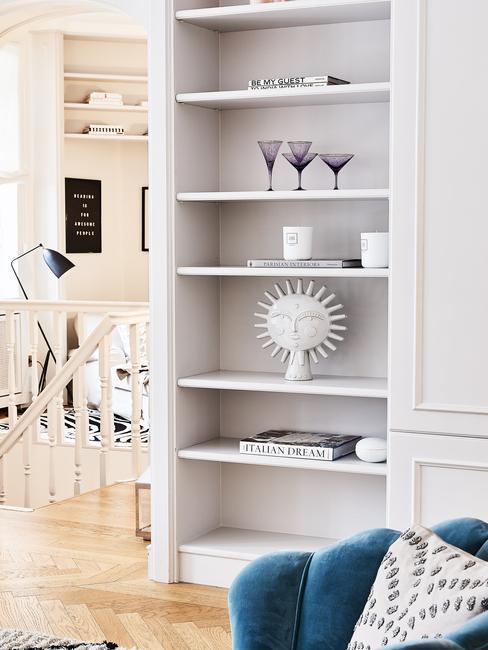Witte boekenkast in woonkamer