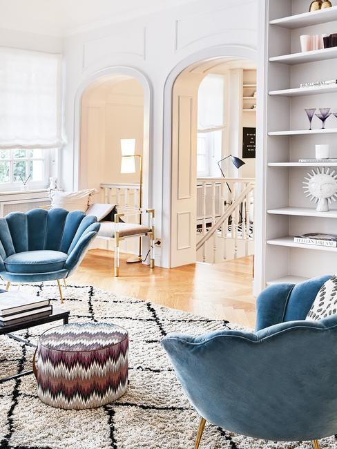 Fauteuils in blauw in grote woonkamer