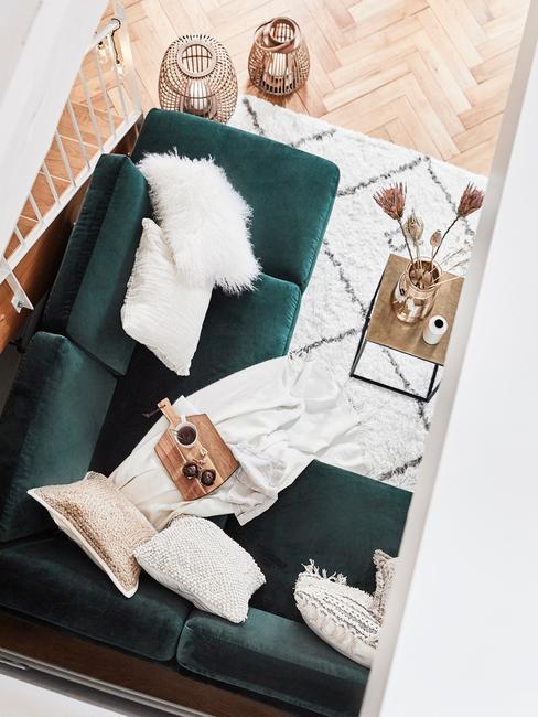 Groene zitbank met witte kussens