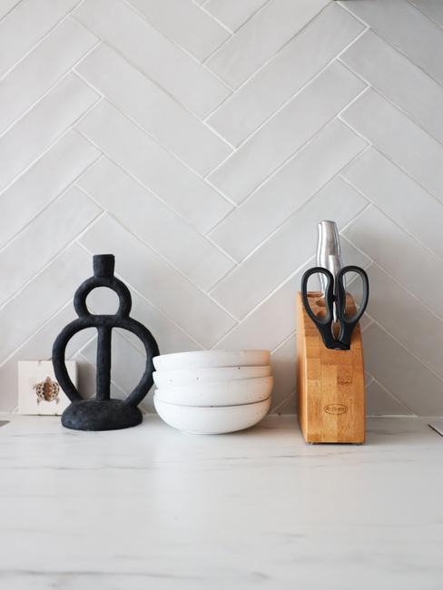 keuken met witte muurtegels zwarte en zwarte kaarshouder