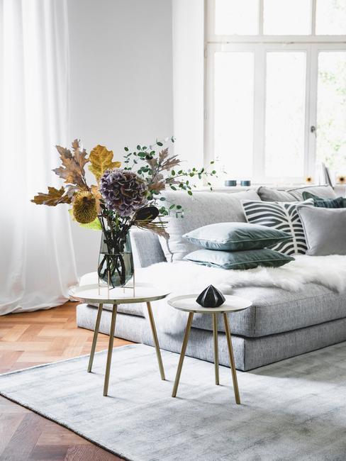 Vaas met bloemen op salontafel in wit in scandi stijl