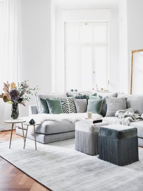 Woonkamer in grijze tinten met grote zitbank