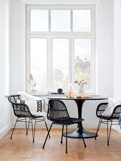 vensterbank decoratie: zwarte stoelen en tafel in zwart