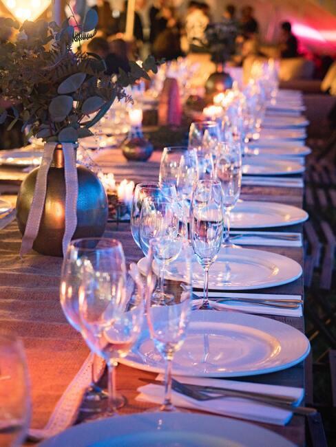 Dinner met glazen en witte borden