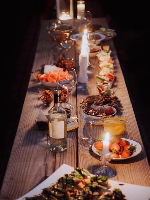 Dinner met borden, kaarsen, wijn en eten