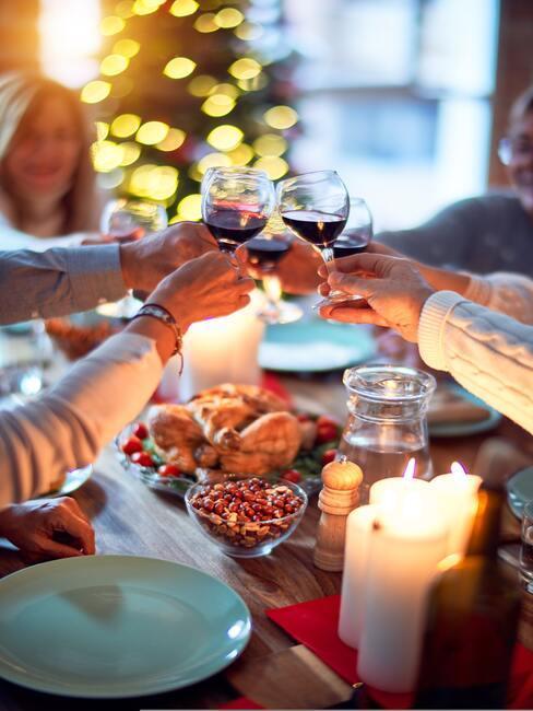 Proosten met glazen wijn