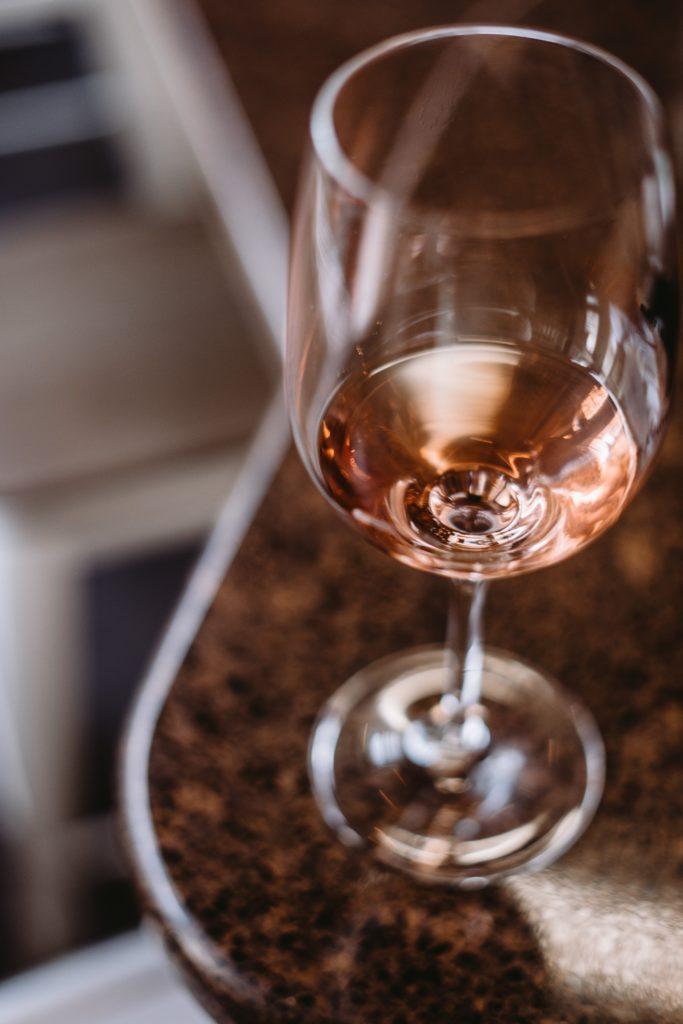 Glas wijn op tafel