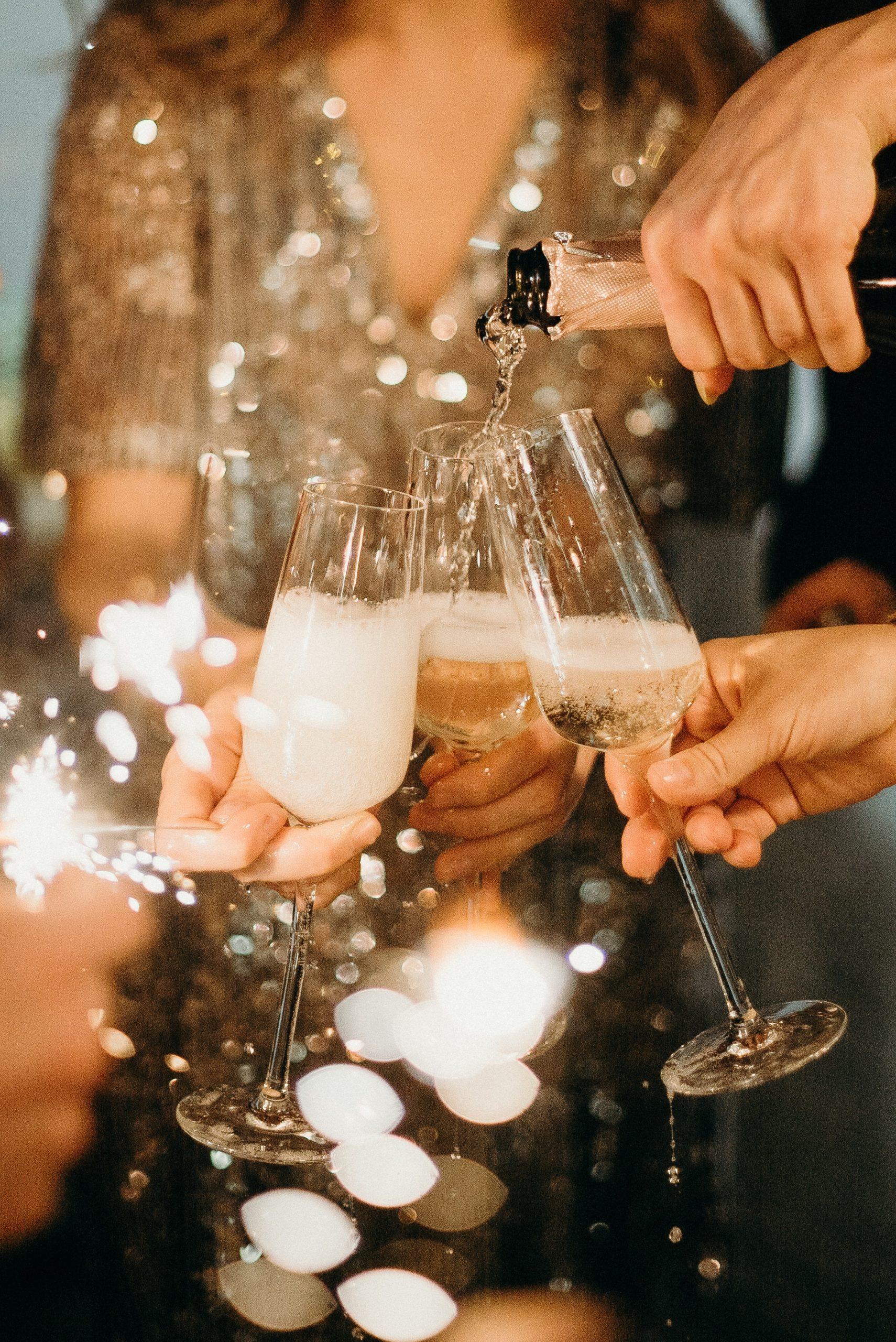 Proosten met champagneglazen