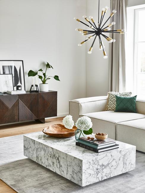 donkerhouten dressoir marmeren salontafel spike lamp en lennon sofa