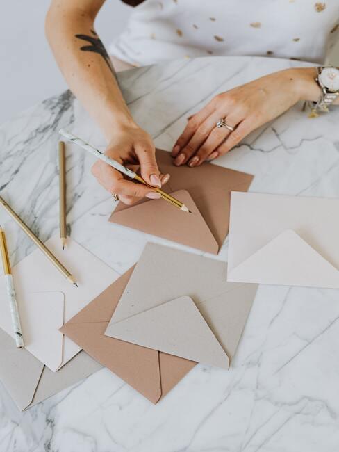 Gouden en zilveren enveloppe