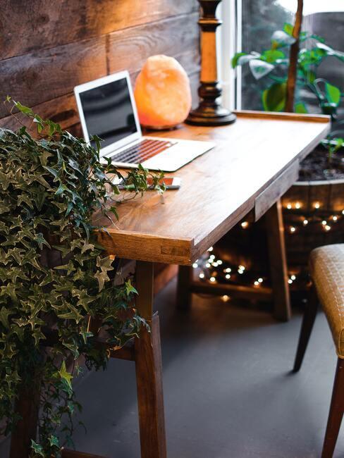 Bruine tafel, sfeerverlichting met laptop