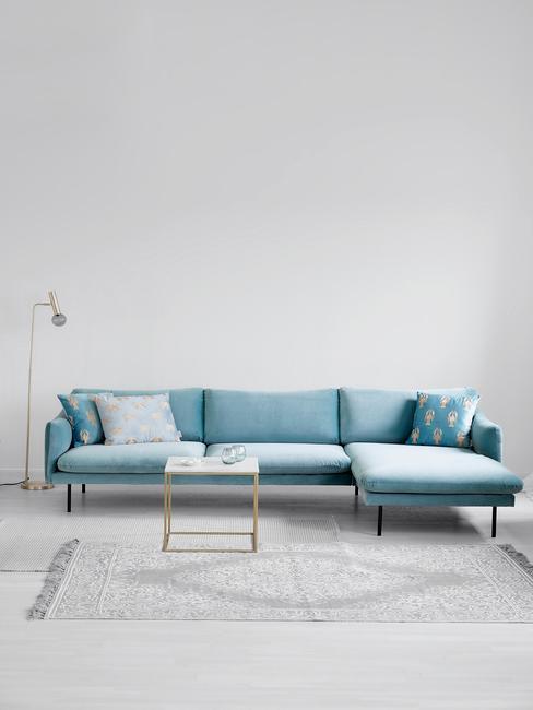 Blauwe bank in grijze woonkamer