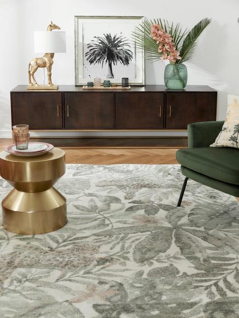 woonkamer met jungle groen tapijt en gouden bijzettafel