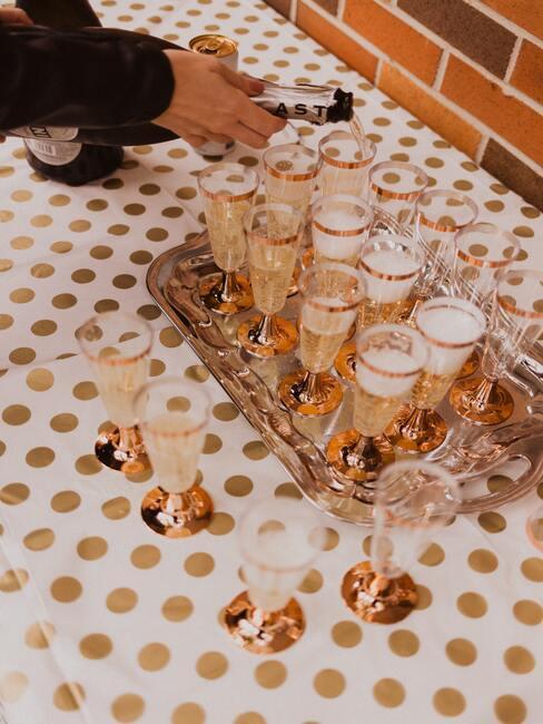 Tafelkleed met champagne en dienblad
