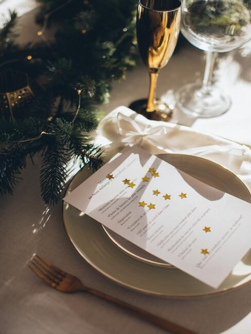 Nieuwjaarsmenu met servet en servies