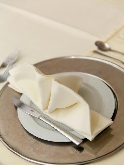 Witte servet met bestek