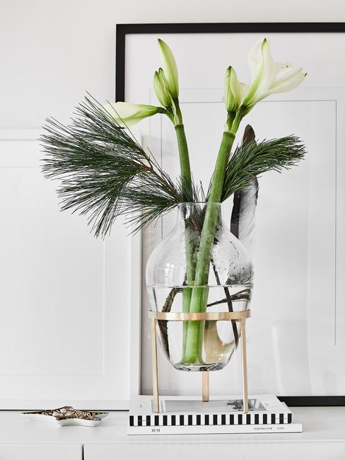 decoratieve vaas met groene plant en bloem in de woonkamer