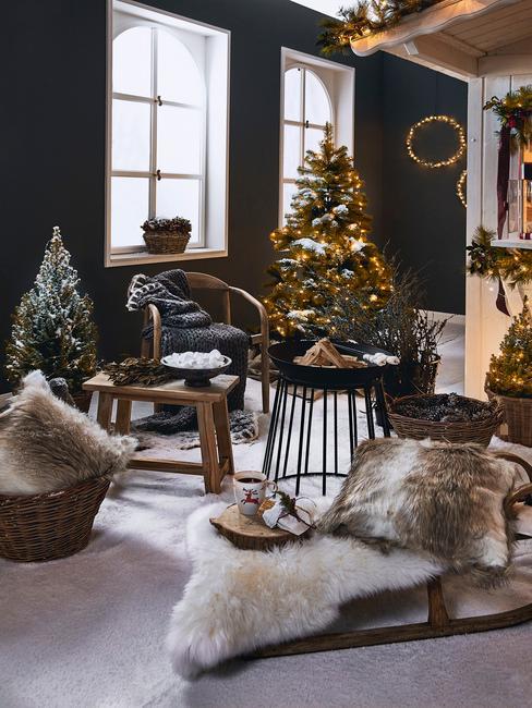 huisje huren met vrienden voor oud en nieuw met decoratieve slee en kerstboom