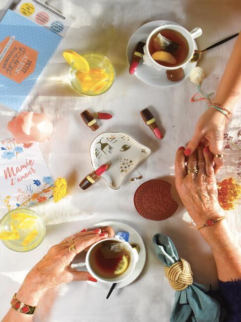 De vrouwen lakken hun nagels op tafel