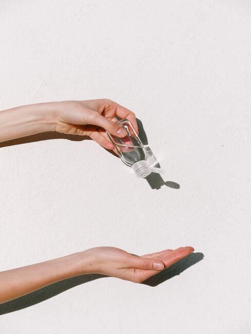 handdesinfectie met een antibacteriële vloeistof