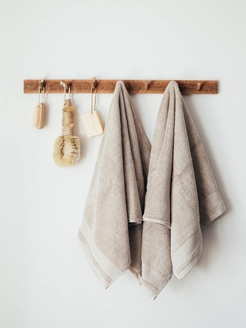 Handdoeken in beige op wandkapstok