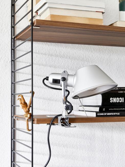 Houten wandkast met tafellamp in wit