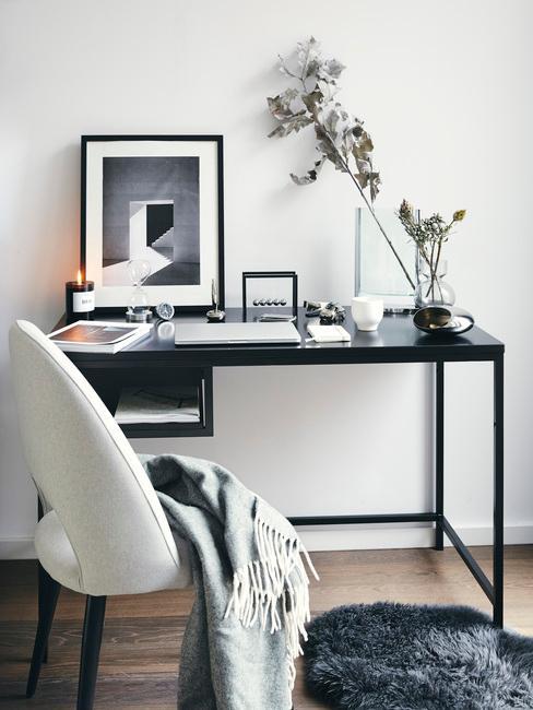 ergonomisch werken: metalen bureau in zwart met verschillende decoraties zoals ingelijste print en vaas