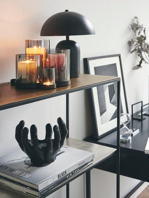 ergonomisch werken: houten wandrek in zwart met kaarsen en tafellamp