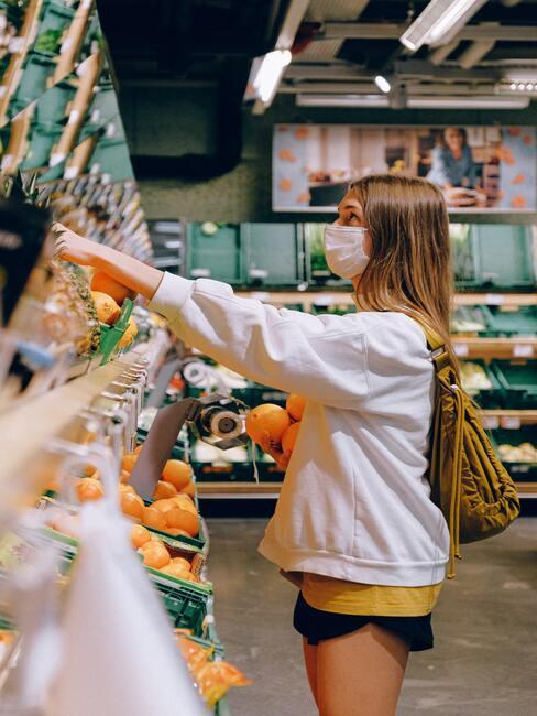 Een vrouw winkelen in een supermarkt