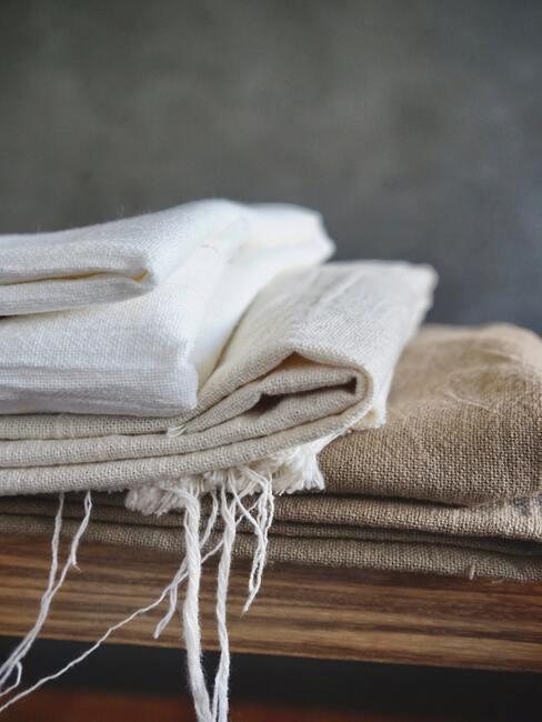 pluizig haar: handdoeken in wit en beige