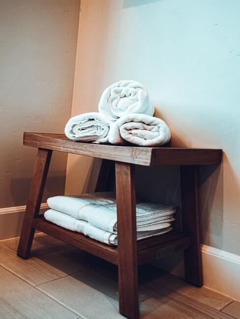 Handdoeken in wit op houten kruk