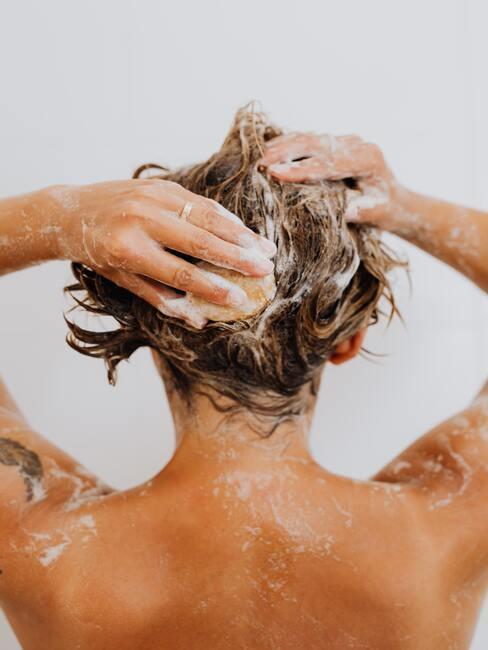 haar wassen met een delicate shampoo