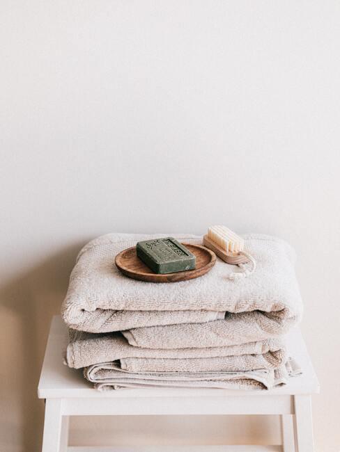 Homes spa- bijzettafel met handoekken, zeep en doucheborstel