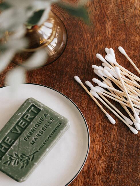 Home spa - tafel met wattenstaafjes en zeep