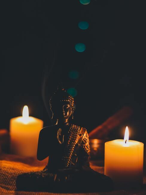 buddha beeld met brandende kaarsen
