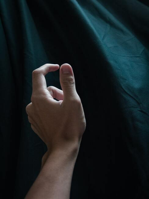 hand met sterke nagels en groene achtergrond